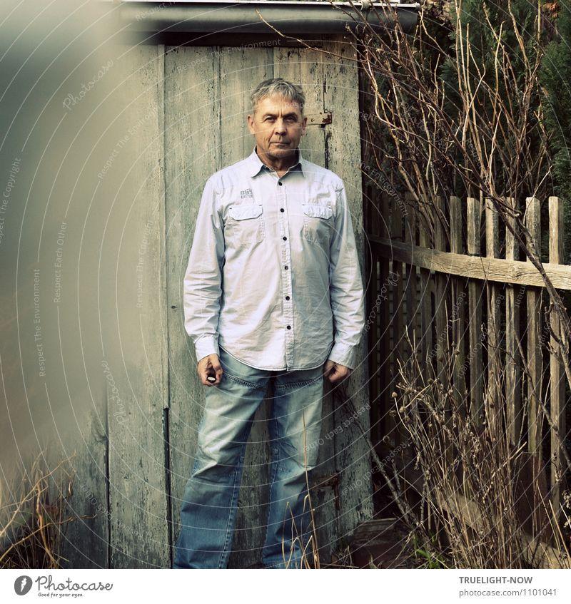 Selfie No.2 Mensch Mann blau Pflanze Umwelt Leben Senior Frühling grau Holz Garten braun Fassade maskulin Sträucher stehen