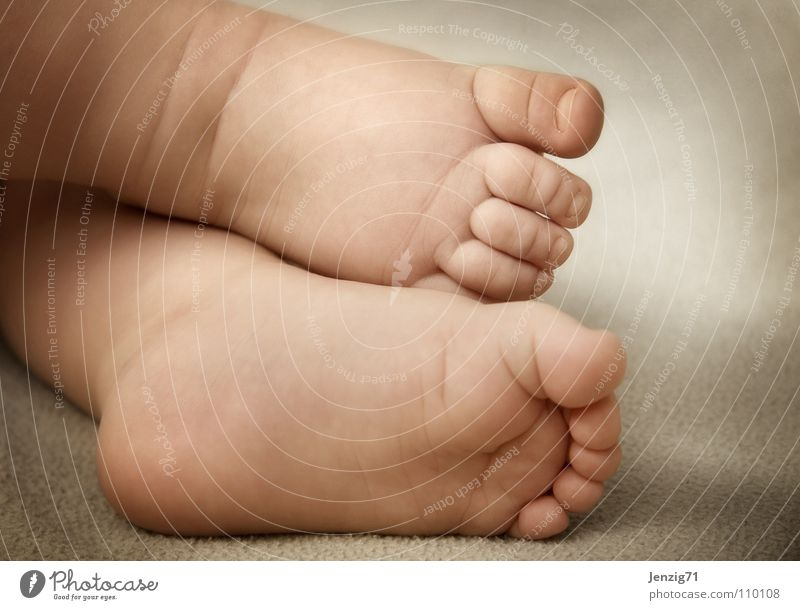 feet. Kind Fuß Baby klein gehen laufen Kleinkind Zehen Barfuß Fußsohle