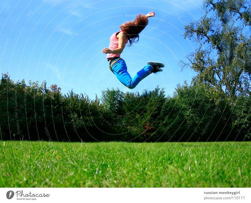 pür mür 072 Wiese Gras Baum Blatt Wolken springen hüpfen Hose Ferne berühren Schuhe dehnen Fröhlichkeit wach Juni Juli September Sommer Jugendliche Freude blau