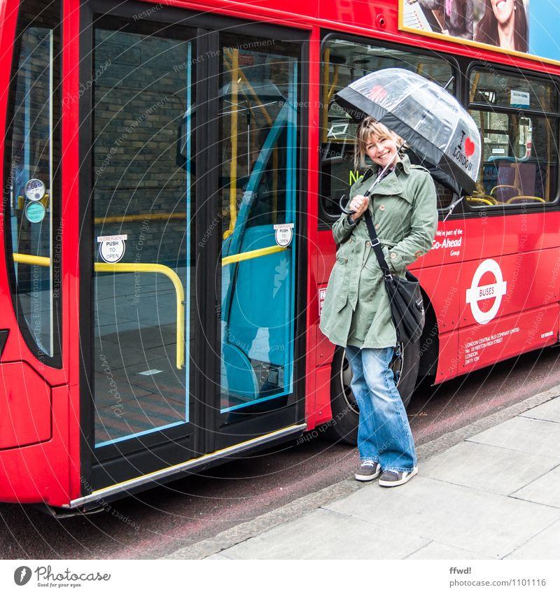 London l.o.v.e. Mensch Frau Ferien & Urlaub & Reisen Jugendliche Stadt Junge Frau 18-30 Jahre Erwachsene Straße feminin Glück Tourismus stehen Fröhlichkeit