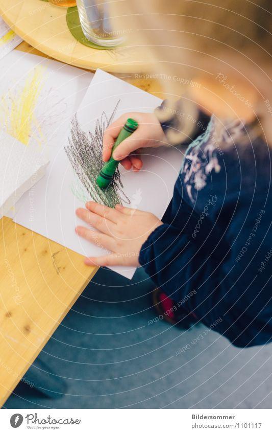 . Mensch Kind blau Hand Mädchen gelb Leben feminin Kunst Kindheit Fröhlichkeit Kreativität Papier einzigartig malen planen