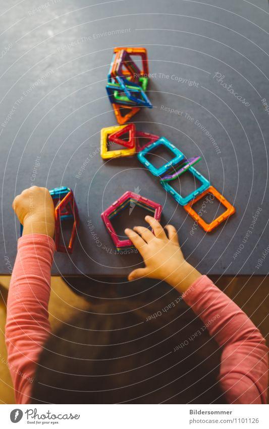 Architektin Mensch Kind blau Hand gelb Spielen grau rosa orange Kindheit Arme lernen Neugier planen Bildung Spielzeug