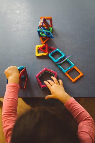 Architektin Spielen Kindererziehung Bildung Wissenschaften Kindergarten lernen Pädagogik Kindheit Arme Hand 1 Mensch 1-3 Jahre Kleinkind Spielzeug entdecken