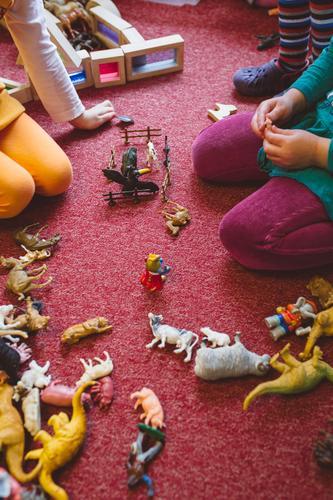 Freispiel Spielen Kindererziehung Kindergarten Mensch Geschwister Kindheit Kindergruppe 3-8 Jahre knien sitzen Spielzeug Spielzimmer Dinosaurier Figur Pädagogik