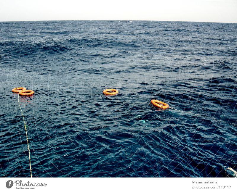 S.O.S. blau Wasser rot Meer Tod Küste Stil Traurigkeit See Wasserfahrzeug Wellen Schwimmen & Baden Seil Aktion Hilfsbereitschaft Trauer