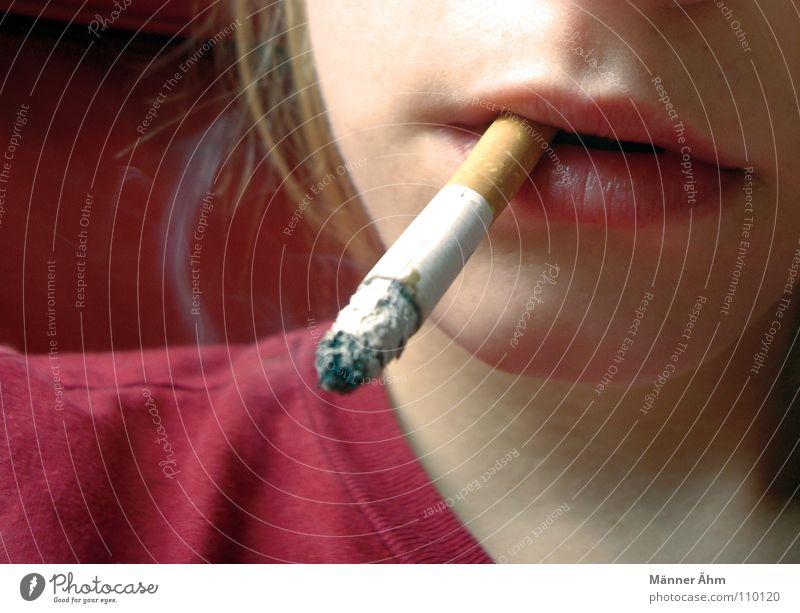 Simply red. Zigarette Rauchen gefährlich Krankheit Schadstoff Tabak Lebensgefahr Warnhinweis Abhängigkeit Frau Filterzigarette Zigarettenasche Glut brennen