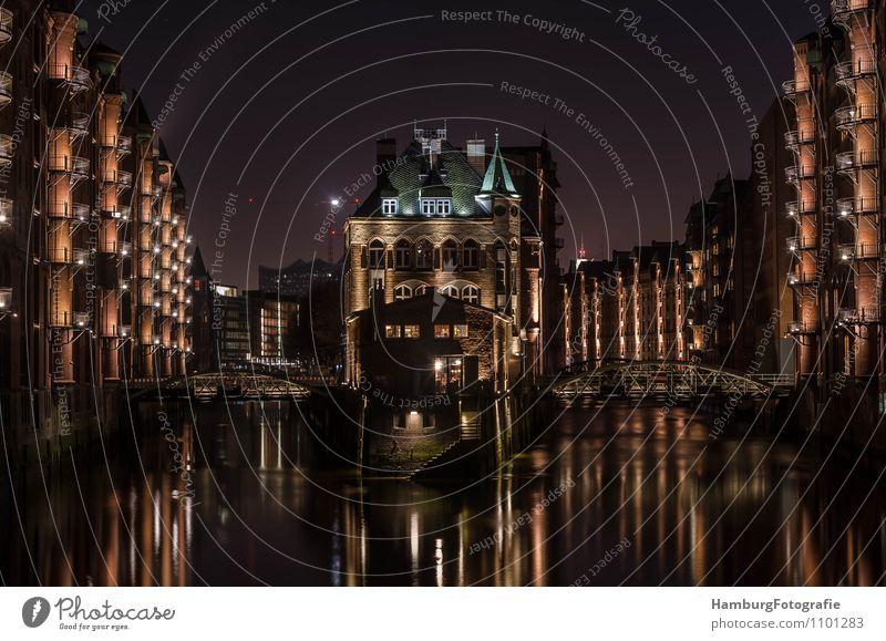 """Fleetschloss Hamburg/Speicherstadt Hafenstadt Altstadt Menschenleer Brücke Bauwerk Sehenswürdigkeit Symmetrie """"Hamburg,"""" Gedeckte Farben Außenaufnahme Nacht"""