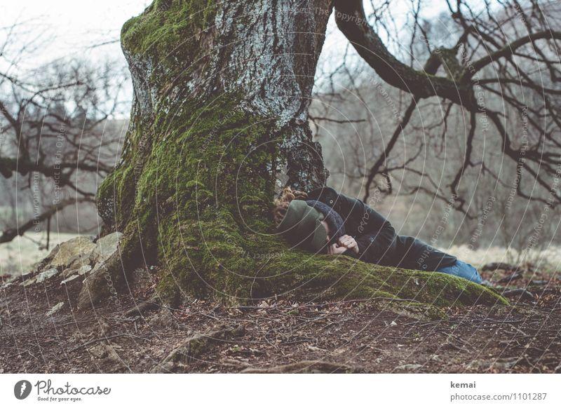 Tired of running Mensch Frau Baum Erholung Einsamkeit Hand ruhig Erwachsene Leben Traurigkeit Gefühle Frühling Haare & Frisuren außergewöhnlich liegen Erde
