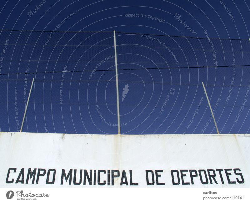 Neues vom Spocht Spanien Balearen Mallorca Sportplatz rote Karte Wand weiß Zaun blau Architektur Freude Spielen Trainingslager Aufbautraining Freundschaftsspiel