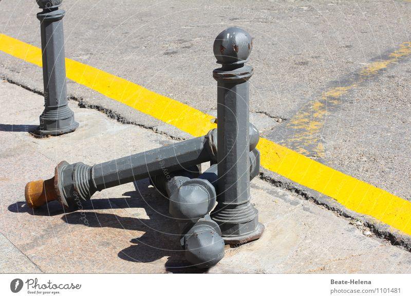 Straßenbowling gelb grau Schilder & Markierungen Verkehr bedrohlich Schutz Sicherheit festhalten Bürgersteig Barriere Verkehrswege Stadtzentrum