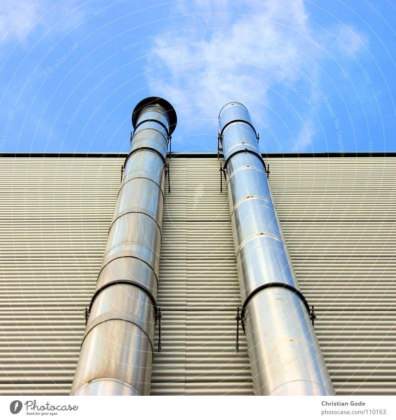Wolkenmachmaschine Fabrik Supermarkt Industrie Himmel Detailaufnahme Schornstein Rauch Quaml blau Metall silber Röhren