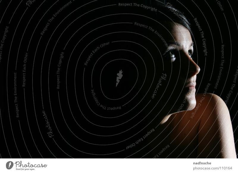 lichtblick Frau Jugendliche schön Hoffnung schwarzhaarig Porträt Vor dunklem Hintergrund