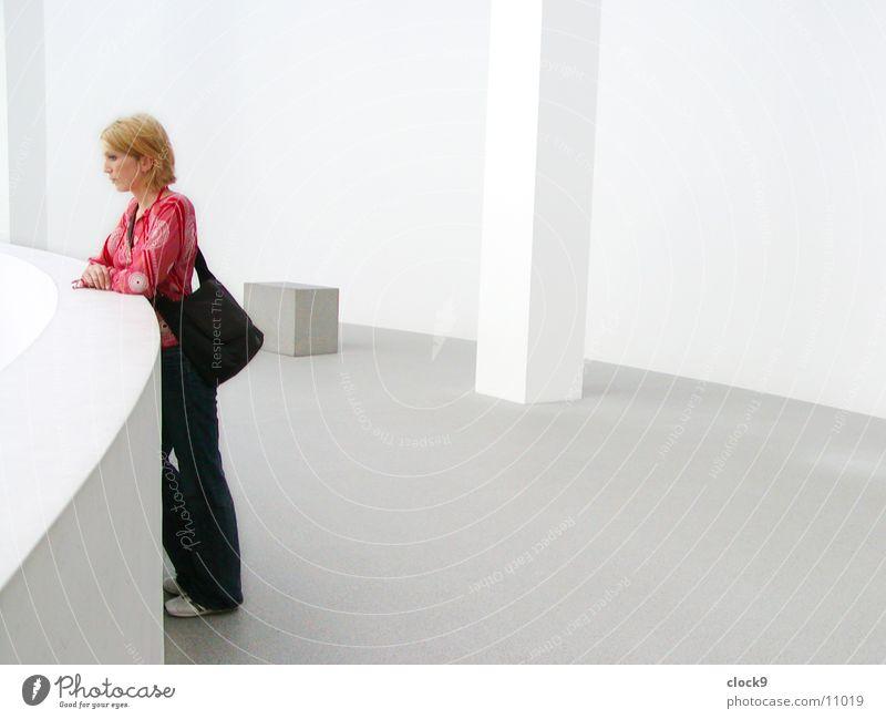 Frau und Raum weiß Einsamkeit hell München rein Ausstellung Bayern Vatikan Veranstaltung Pinakothek