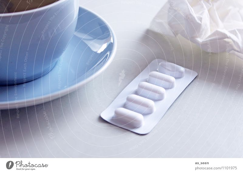 Grippewelle blau weiß ruhig Traurigkeit Gesundheitswesen hell authentisch Hilfsbereitschaft Pause Krankheit Erkältung Medikament Schmerz Arzt Tee Tasse