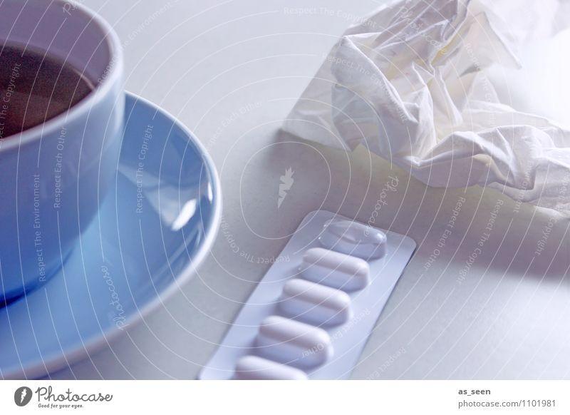 Grippe blau weiß ruhig Gesundheit hell Gesundheitswesen liegen authentisch Erkältung Krankheit Schmerz Medikament Arzt Tee Tasse Geborgenheit