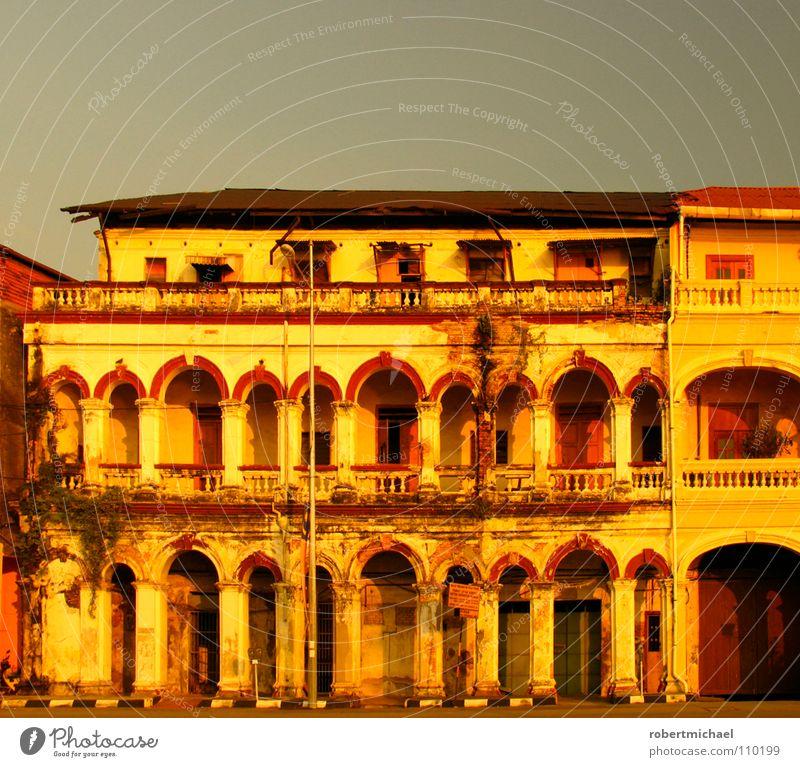 das beste haus am platz alt Sonne rot Einsamkeit Haus Ferne Fenster gelb Leben Architektur Wege & Pfade Gebäude grau Freiheit Stein Linie