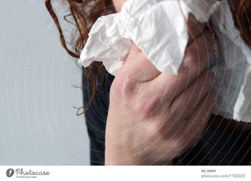 Infektionsgefahr Gesundheitswesen Frau Erwachsene Leben Nase Hand 1 Mensch Taschentuch authentisch Ekel Krankheit schleimig Traurigkeit Trauer Schmerz Erkältung