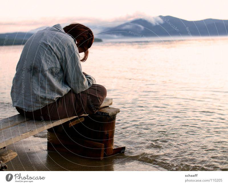 Stille ruhig See Meer Steg genießen Frau Brandung Strand Rauch Russland baikal Einsamkeit Abend Nebel resignation