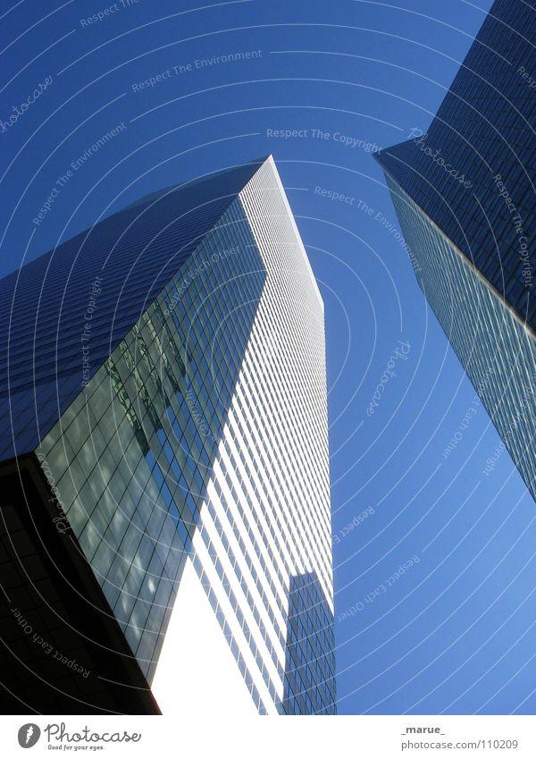 smalltalk Himmel weiß blau oben Fenster Metall Glas groß Hochhaus Macht Klarheit aufwärts