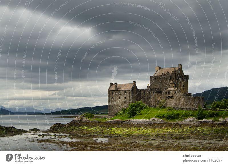 Eilean Donan Castle Ferien & Urlaub & Reisen Sommer Ferne dunkel Berge u. Gebirge Architektur Gebäude Tourismus wandern Insel Ausflug Europa Abenteuer