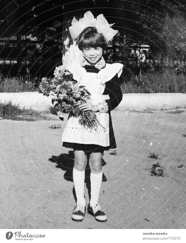 Erster Schultag Kind Mädchen Blume Herbst Schule Blumenstrauß Uniform Schleife Schuluniform