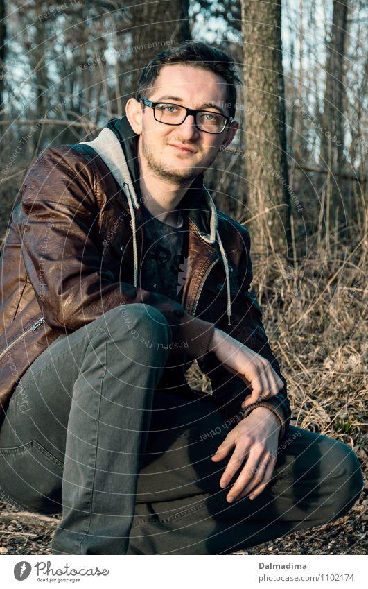 Dima Lifestyle Mensch maskulin Junger Mann Jugendliche Erwachsene Bruder 1 18-30 Jahre Umwelt Natur Baum Sträucher Wald Mode Bekleidung T-Shirt Jeanshose Jacke