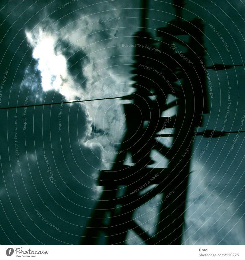 Sturmfestspiele Himmel blau Wolken Wetter Angst Hochhaus Elektrizität gefährlich bedrohlich Macht Abteilfenster Gewitter Strommast Panik dramatisch