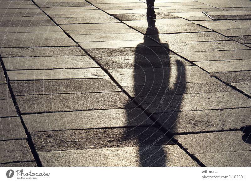 Kontaktverbot Mensch 1 Einsamkeit Schatten Schattendasein Schattenspiel Platz Spaziergang Stadtbewohner Stadtbummel Krimi einzeln Bodenplatten allein sonnig