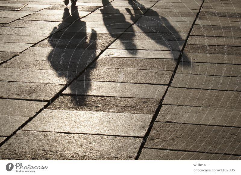 Schattenseiten Menschengruppe 3 Personen Familie Platz Sightseeing Stadtleben Spaziergang Wochenende Schattenspiel Bodenplatten Familienausflug Licht & Schatten