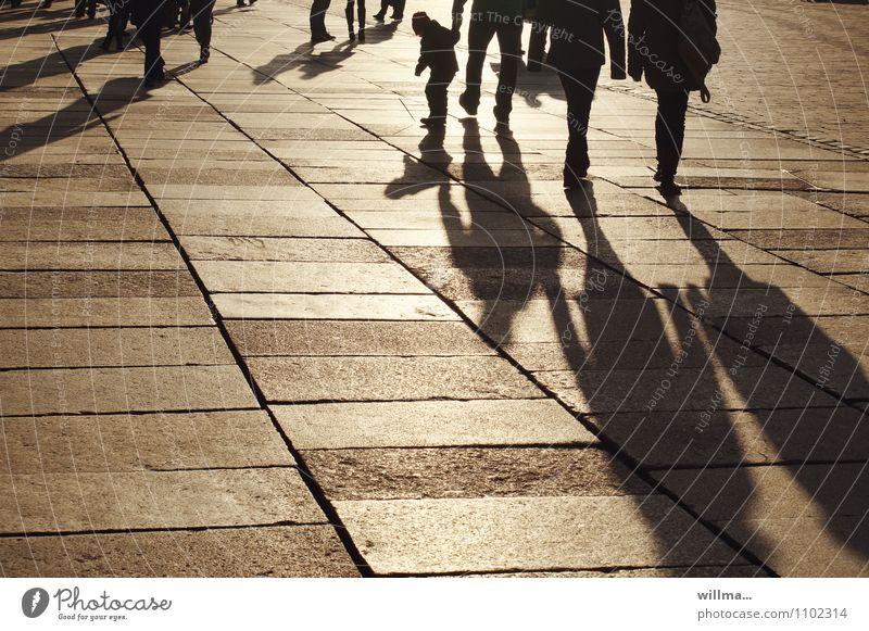 Der Schattentreter Mensch Kind Familie Paar Menschengruppe Platz Marktplatz gehen Spaziergang Erholung Schattenspiel Schattenkind Abend Einkaufszone