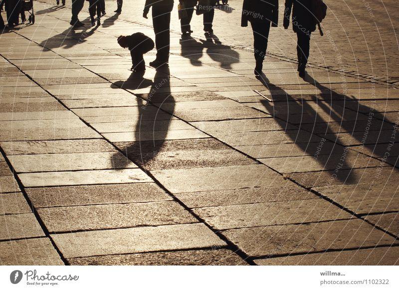 Schattenkind Mensch Kind Stadt Menschengruppe paarweise Platz Schönes Wetter kaufen Spaziergang Marktplatz Feierabend Bodenplatten bevölkert Schattenspiel Einkaufszone Schattenkind