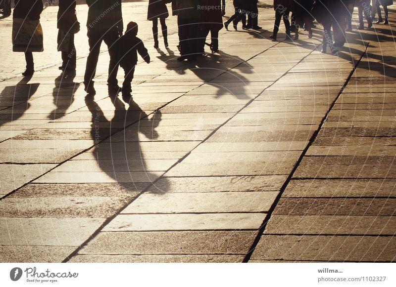 Beschattung Mensch Stadt Sonne Familie & Verwandtschaft Stadtleben Tourismus Ausflug kaufen Spaziergang Menschenmenge Sightseeing Bodenplatten Schattenspiel