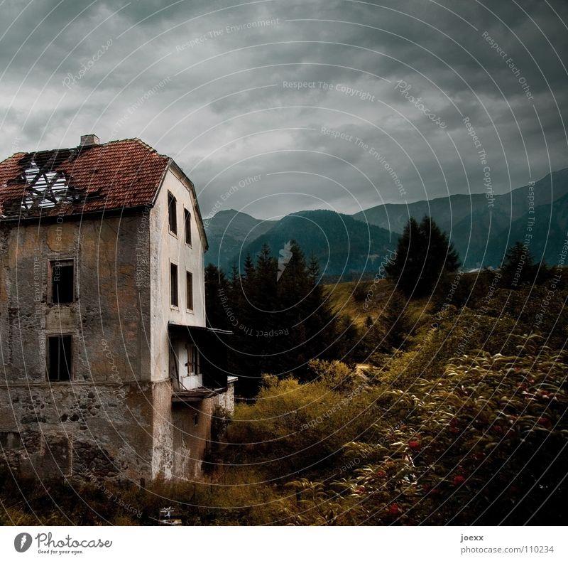 Dachschaden Natur alt Himmel Haus Wolken Einsamkeit dunkel Wand Fenster Berge u. Gebirge grau Stein Angst Armut kaputt gruselig