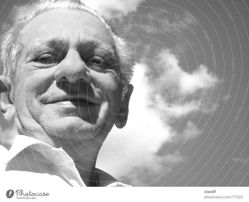 Blick nach vorn Mann alt Himmel weiß Sonne schwarz lachen Kopf Porträt Großvater Weisheit Großeltern