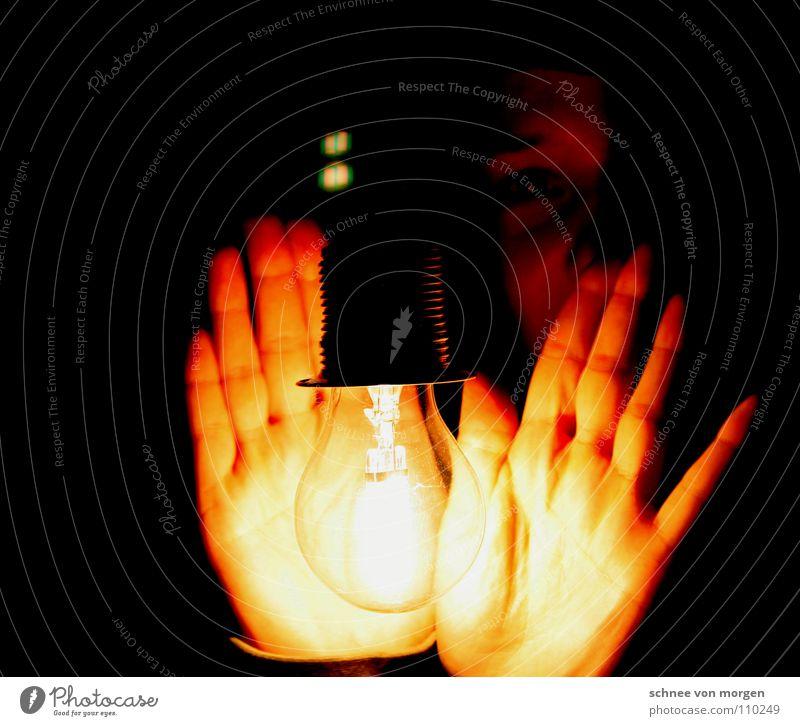 wärmepuffer Frau Mensch Hand Lampe dunkel Herbst Technik & Technologie Halterung Elektrisches Gerät