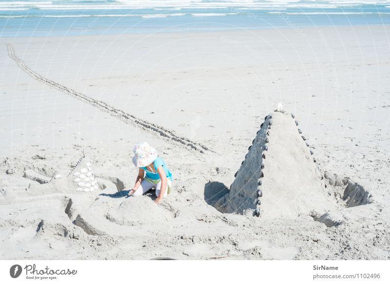 347 Kind Ferien & Urlaub & Reisen Meer Mädchen Strand Ferne Architektur natürlich Spielen Freiheit Linie Sand träumen Kindheit groß niedlich