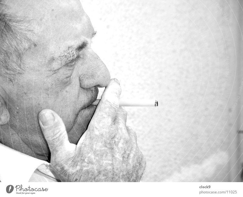 Blick nach vorne 2 Mann alt Kopf Denken Rauchen Zigarette Großvater