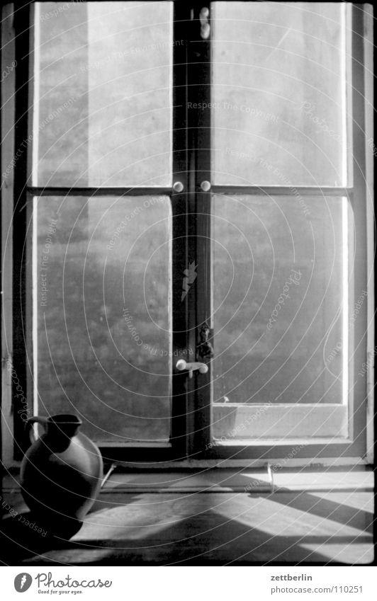 Fenster Fensterbrett Glasscheibe Hinterhof Mauer Brandmauer Vase Krug Tonkrug Blumenkasten perspektivlos Küche Wohnung Detailaufnahme Schwarzweißfoto