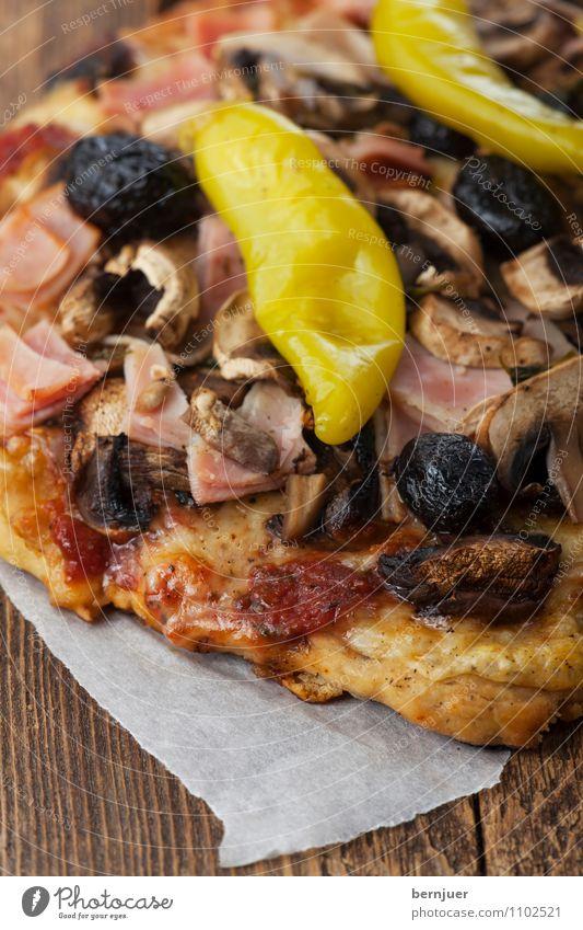 Pizza auf dunklem Holz Käse Gemüse Abendessen Tisch Küche dunkel frisch lecker rot selbstgemacht Backpapier Tomate Schinken Kruste Saucen Oliven Peperoni Pilz