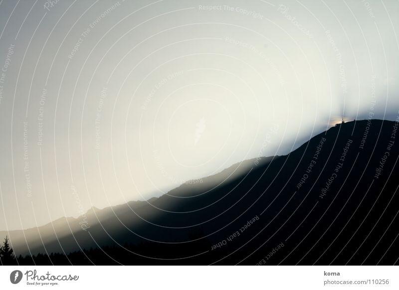 Misty Mountain Morning Sonnenaufgang Sonnenstrahlen Morgen Licht Herbst Dämmerung Bergkette Wald Baum Gegenlicht Gipfel Bergstation Sendemast Funktechnik