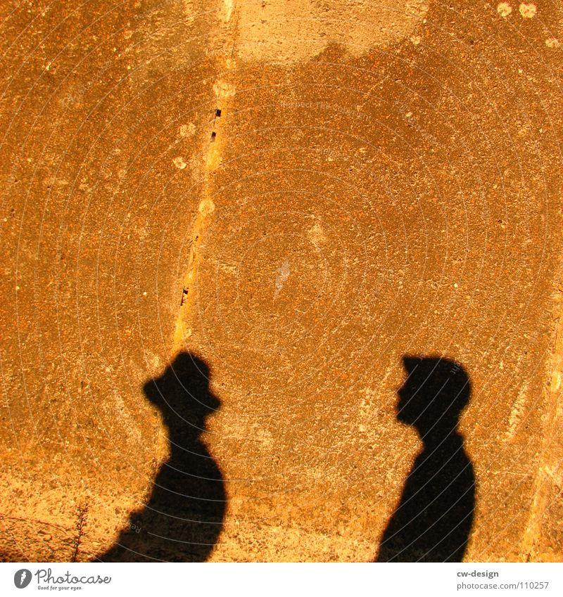 du hast doch n schatten Sonnenbrille Mütze Körperhaltung Spaziergang Pendler Luft atmen maskulin minimalistisch wo Gelände Photo-Shooting Medien Fotograf