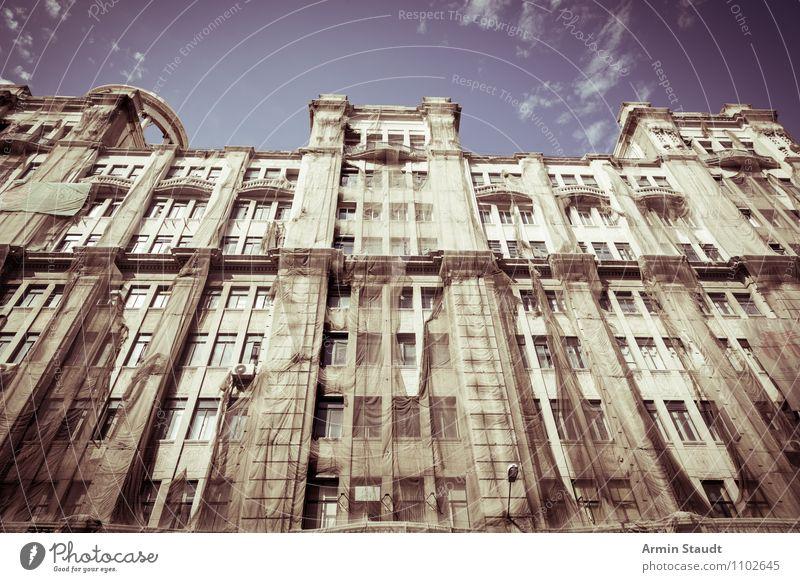 Kafkas Datsche alt Haus Ferne dunkel kalt Stimmung Fassade träumen Business Angst Häusliches Leben groß bedrohlich Baustelle historisch Bauwerk