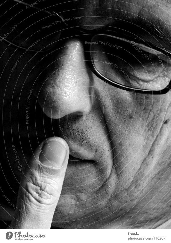 Daumen Mann Brille lesen Denken Gedanke 50 plus Porträt Konzentration Zeitschrift Gesicht nachdenken Falte junger Alter verträumt