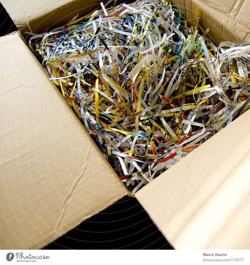 gekauft, verpackt, geliefert Umzugskarton Karton Papier Pappschachtel Kiste zerkleinern leer geschnitten Sammlung wegwerfen vernichten Schnipsel Papiermüll