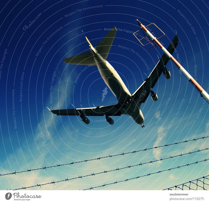 dicker Brummer - Absturz? Cross Processing Grünstich Gelbstich Flugzeug Flugzeuglandung Wolken Ferien & Urlaub & Reisen Erholung kommen braun zurück Triebwerke