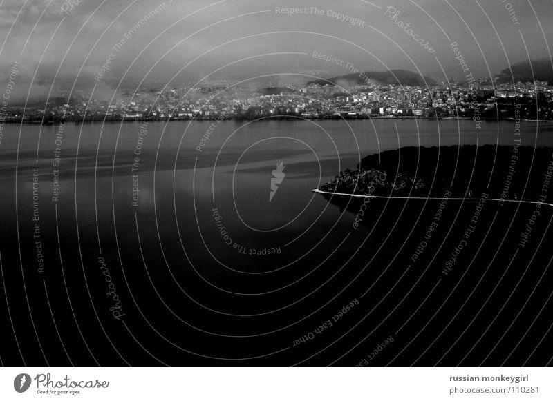 gricholisch Wasser weiß Meer Stadt Strand Haus schwarz Herbst Berge u. Gebirge grau See Landschaft Wellen Nebel Europa Trauer