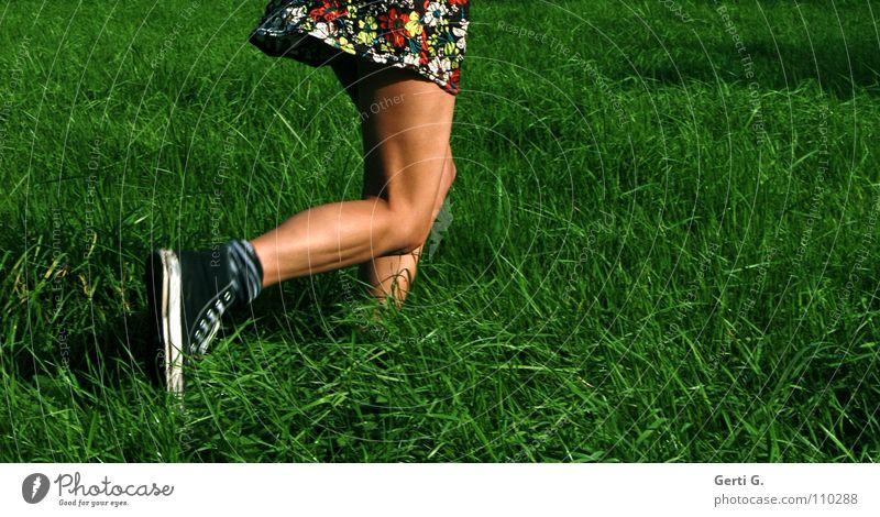 laufenlassen Joggen Kleid Frau Junge Frau dünn fest drahtig Gesundheit Freizeit & Hobby Wiese 100 Meter Lauf rennen braun Sommer sommerlich saftig Knie Muster