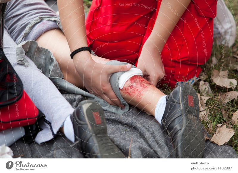 Mensch Natur Jugendliche Erholung Hand rot 18-30 Jahre Erwachsene Gras Gesundheit Beine Gesundheitswesen Arbeit & Erwerbstätigkeit Park Körper stehen