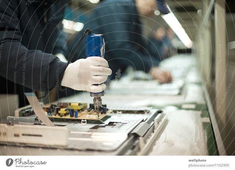 Arbeit & Erwerbstätigkeit Technik & Technologie Industrie Fabrik Fernseher Mitarbeiter Handwerker Halt Produktion Elektronik Befestigung Schraubendreher