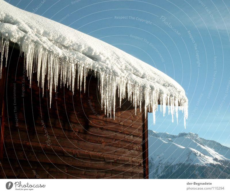Tauwetter Winter Februar kalt Neuschnee Winterurlaub Schneewandern Kanton Graubünden Schweiz weiß Holzhütte Berghütte Dach braun Schönes Wetter Wolken Holzhaus
